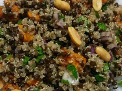 סלט קינואה עם עדשים שחורות ובטטה