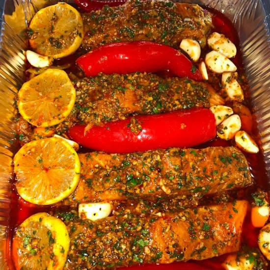 דג סלמון אפוי בתנור במרינדה חריפה אש