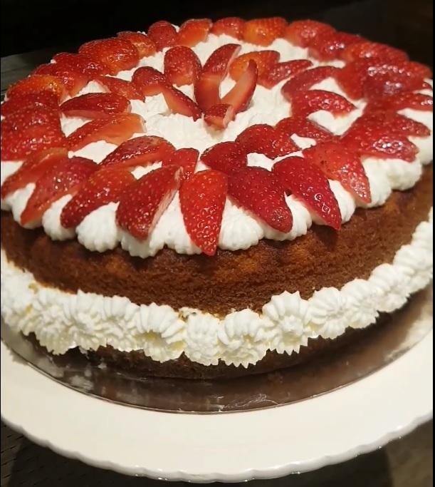 עוגה בחושה תותים בקצפת