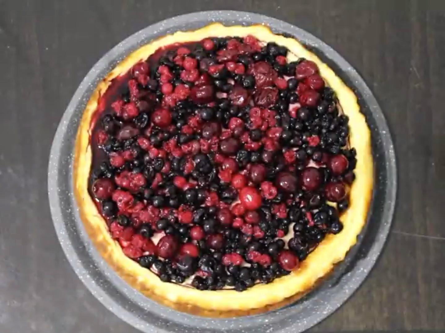 עוגת גבינה עם פירורים ופירות יער