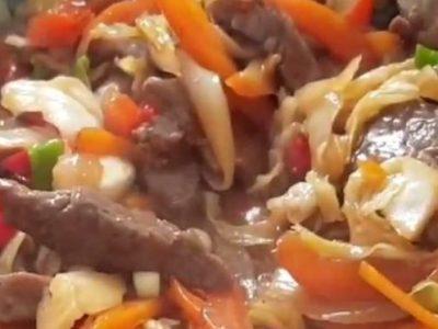 רצועות בקר מוקפץ עם ירקות (סינטה)