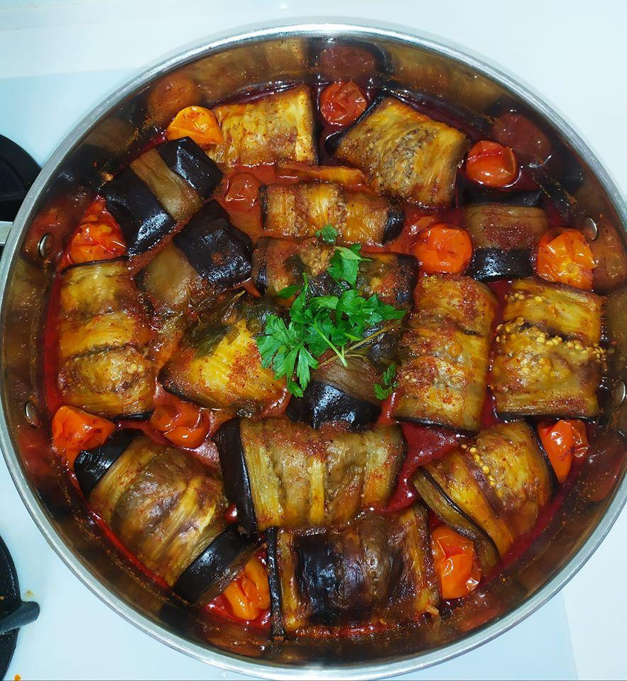 חצילים ממולאים בבשר ורוטב עגבניות