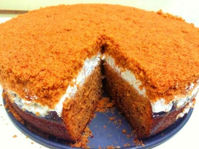 עוגת דבש גבוהה ועסיסית עם קצפת