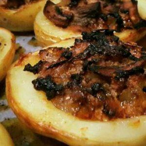 סירות תפוחי אדמה ממולאות בשר טחון ופטריות