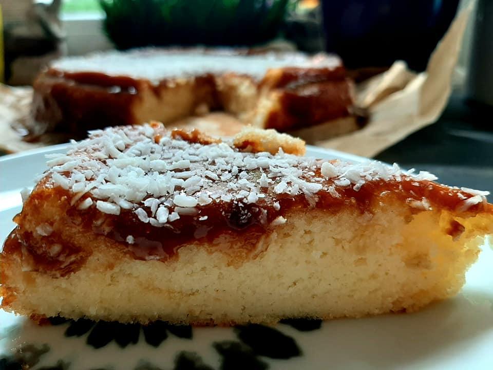 עוגת גבינה בחושה בציפוי ריבת חלב