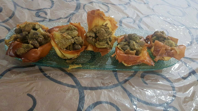 מאפה פילו עם כבדי עוף וסלט פטריות